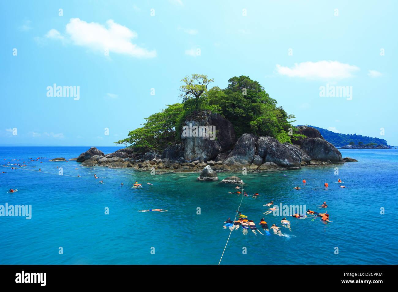 Gruppo Snorkeling viaggi. nei pressi di kho chang isole in Thailandia Immagini Stock
