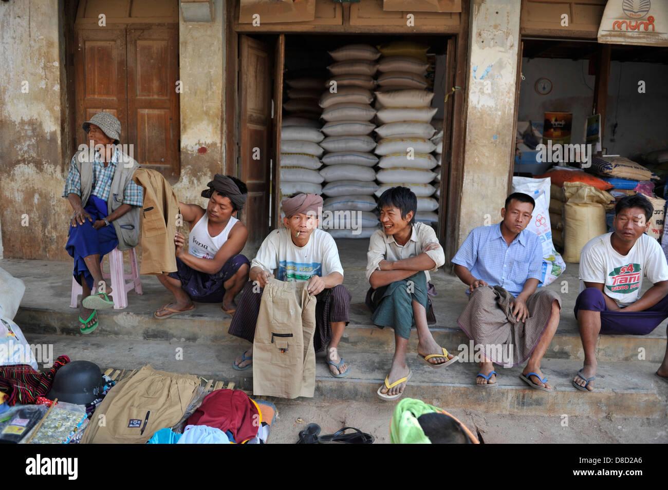 Operai in attesa presso il mercato Aungban Immagini Stock