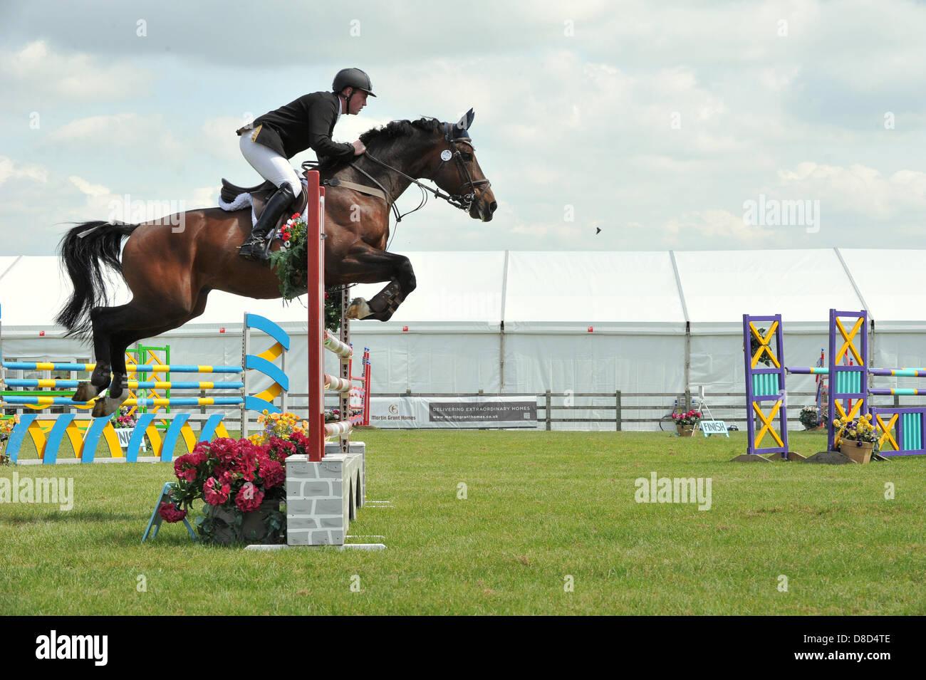REDBOURN, UK. Il 25 maggio 2013. Show Jumping all'Hertfordshire County Show. Lancia Whitehouse compete in Nazionale Immagini Stock