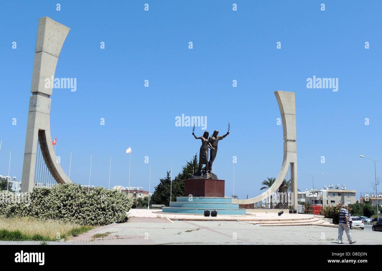 KYRENIA, Cipro del Nord. Monumento ai giovani in uno sport di massa. Foto Tony Gale Immagini Stock