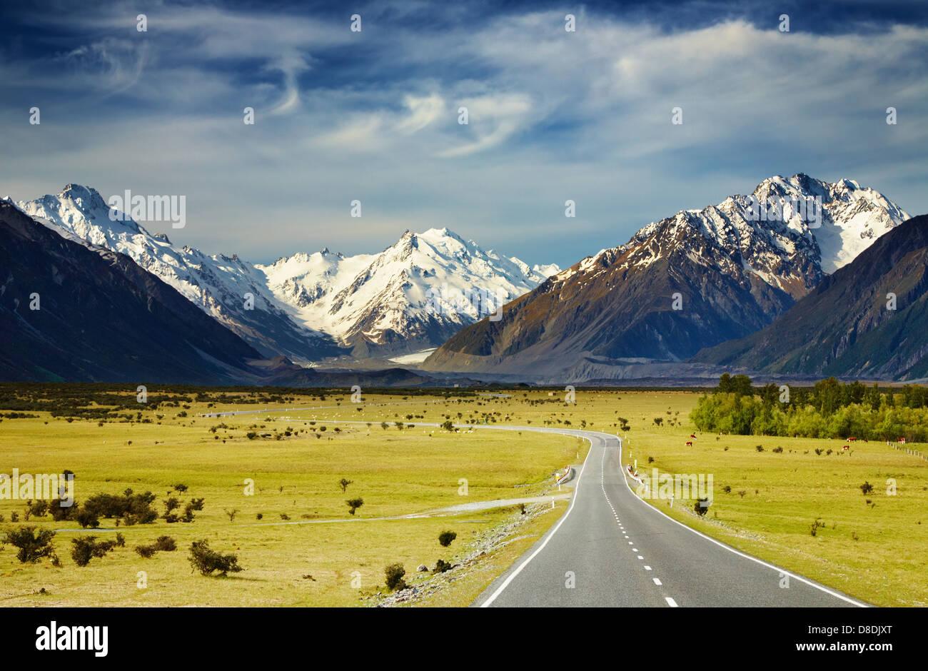 Paesaggio con strada e montagne innevate, Alpi del Sud, Nuova Zelanda Immagini Stock