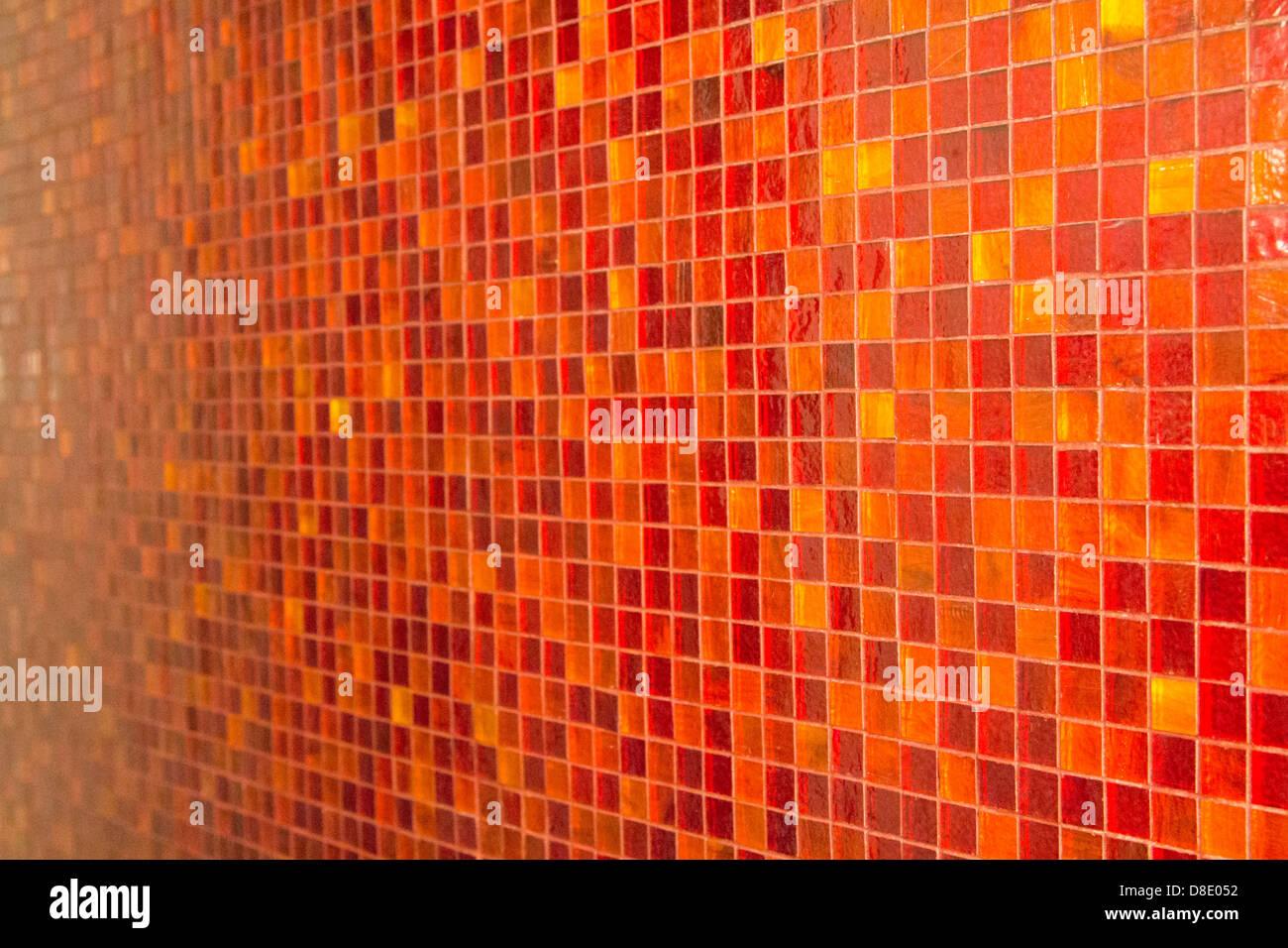 Un arancio mosaico su una parete foto immagine stock
