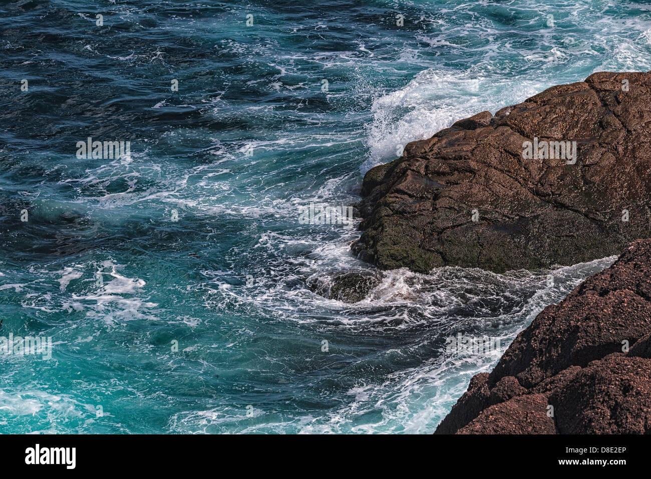 Oceano violento colpisce le rocce di Cape Spear, Terranova Immagini Stock