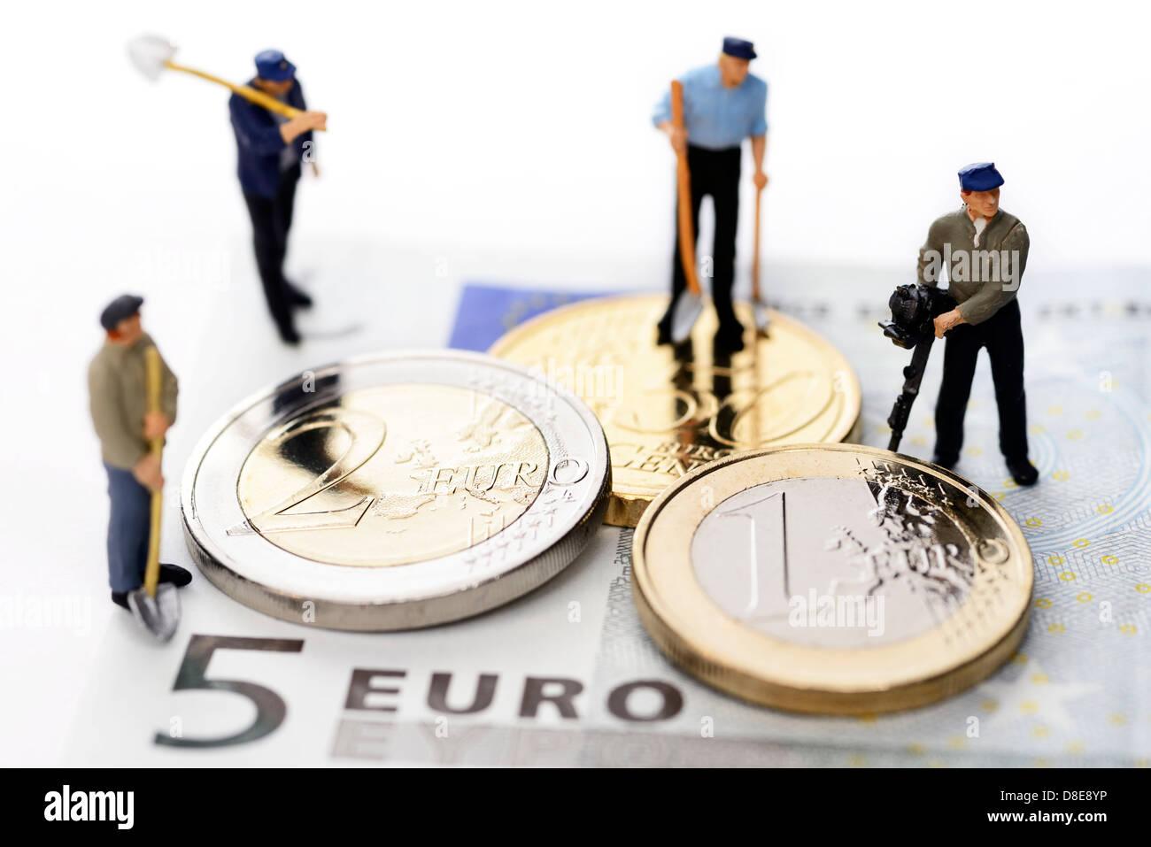 Monete metalliche in euro e lavoratori Symbolfoto 8,50 EUR salario minimo Immagini Stock
