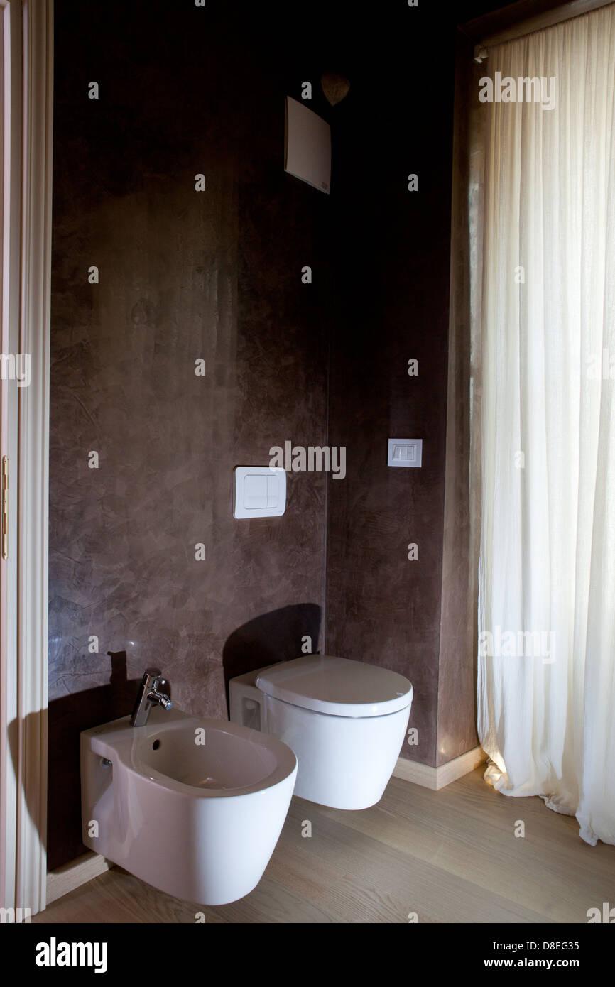 Wc e bidet in bagno con pareti di colore marrone foto immagine stock 56868313 alamy - Bagno di colore ...