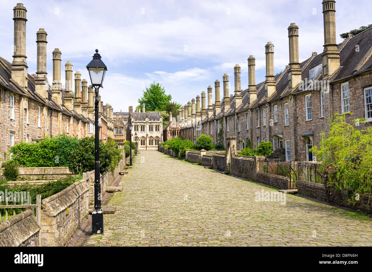 Via medievale - Vicari vicino, pozzi, Somerset, Inghilterra, Regno Unito - con la strada di ciottoli e vecchie case di riga Foto Stock