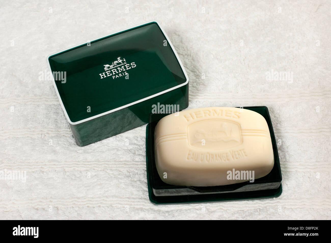 Bar di lusso di mano profumato sapone da Hermes su un asciugamano bianco Foto Stock