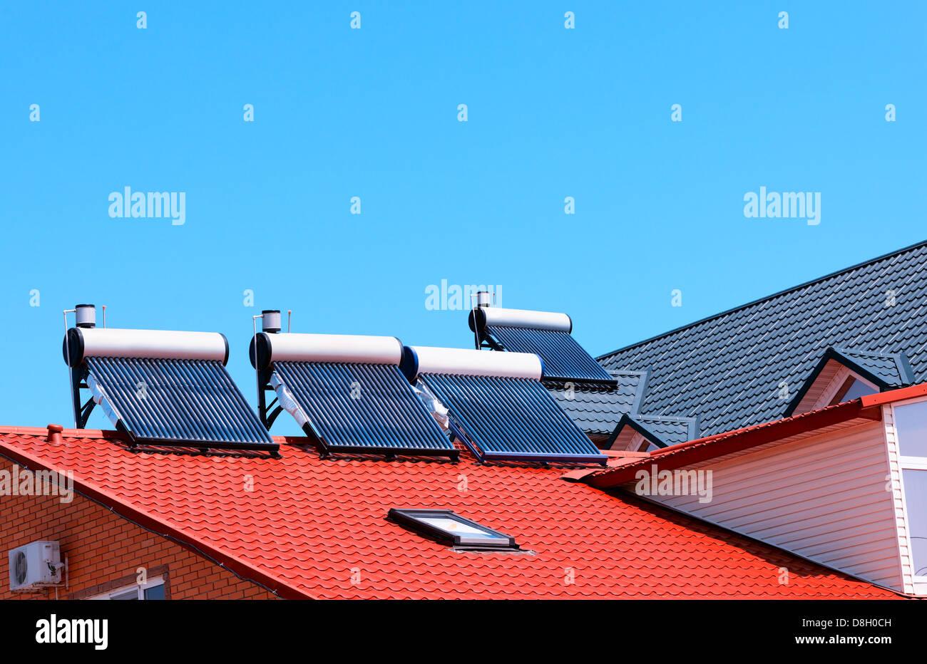 Contemporaneo di acqua calda pannelli su una casa Immagini Stock