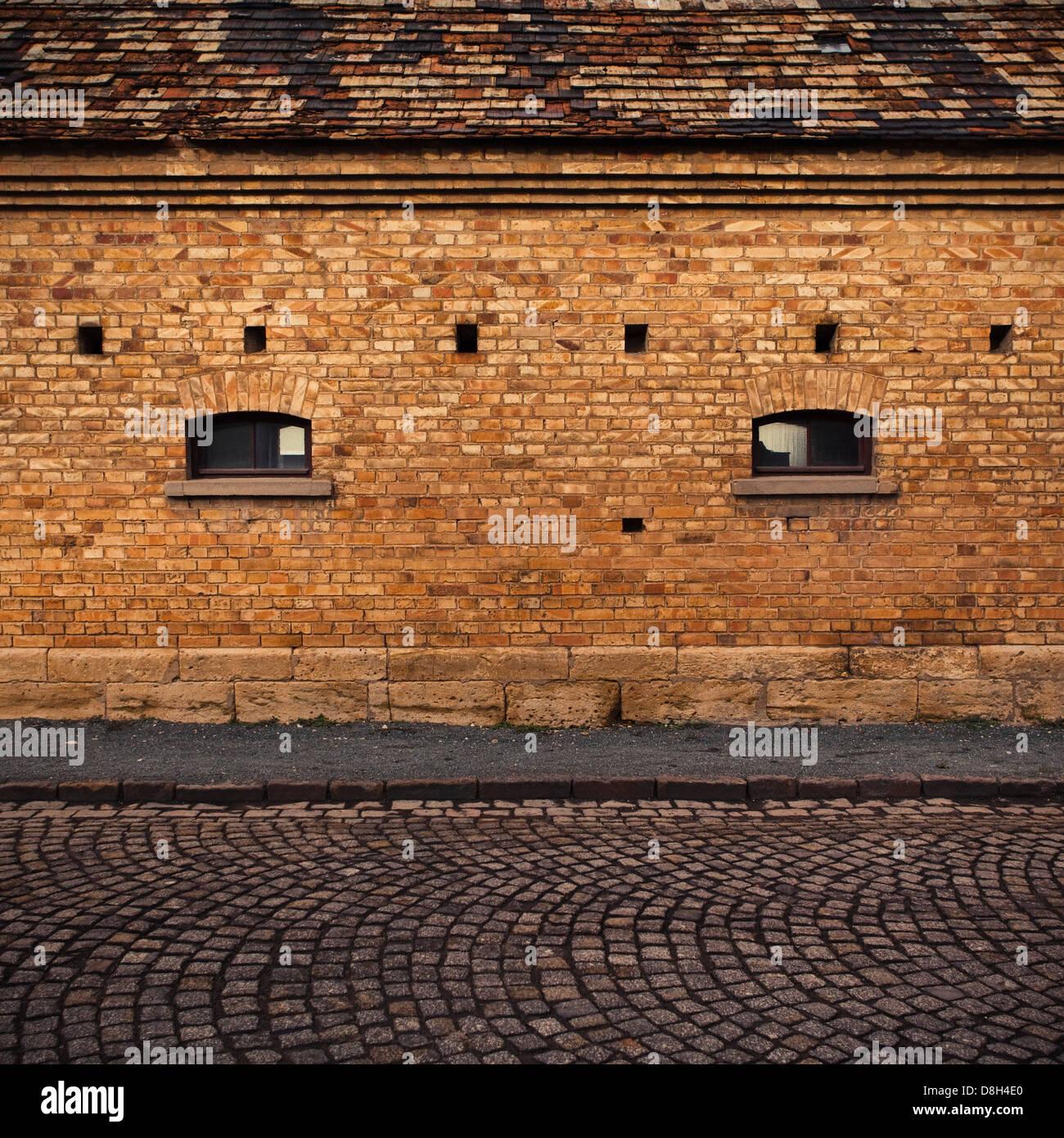Dettaglio di un muro di mattoni con windows Immagini Stock