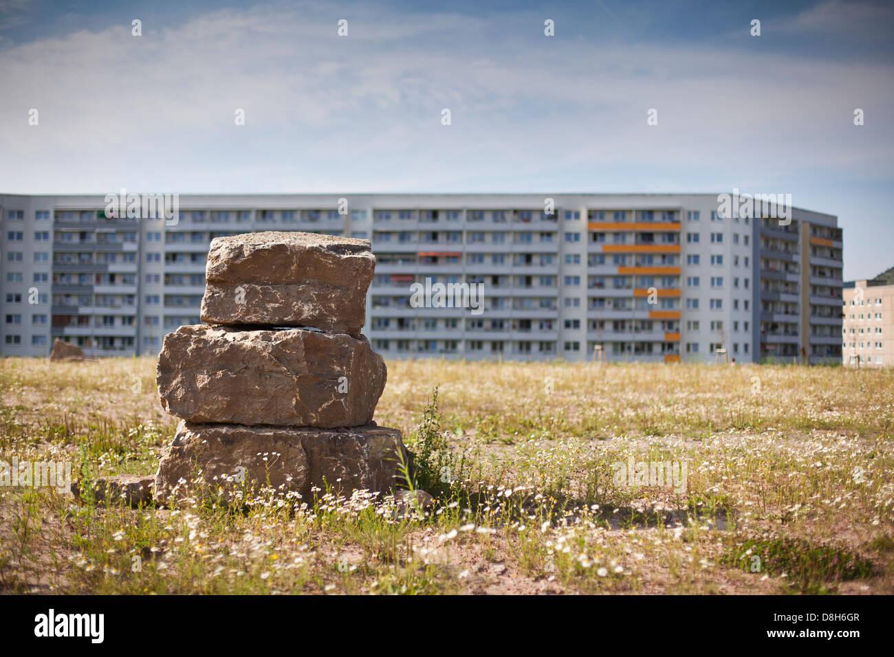 Pietre impilati nella parte anteriore delle costruzioni prefabbricate, Jena, Turingia, Germania Immagini Stock