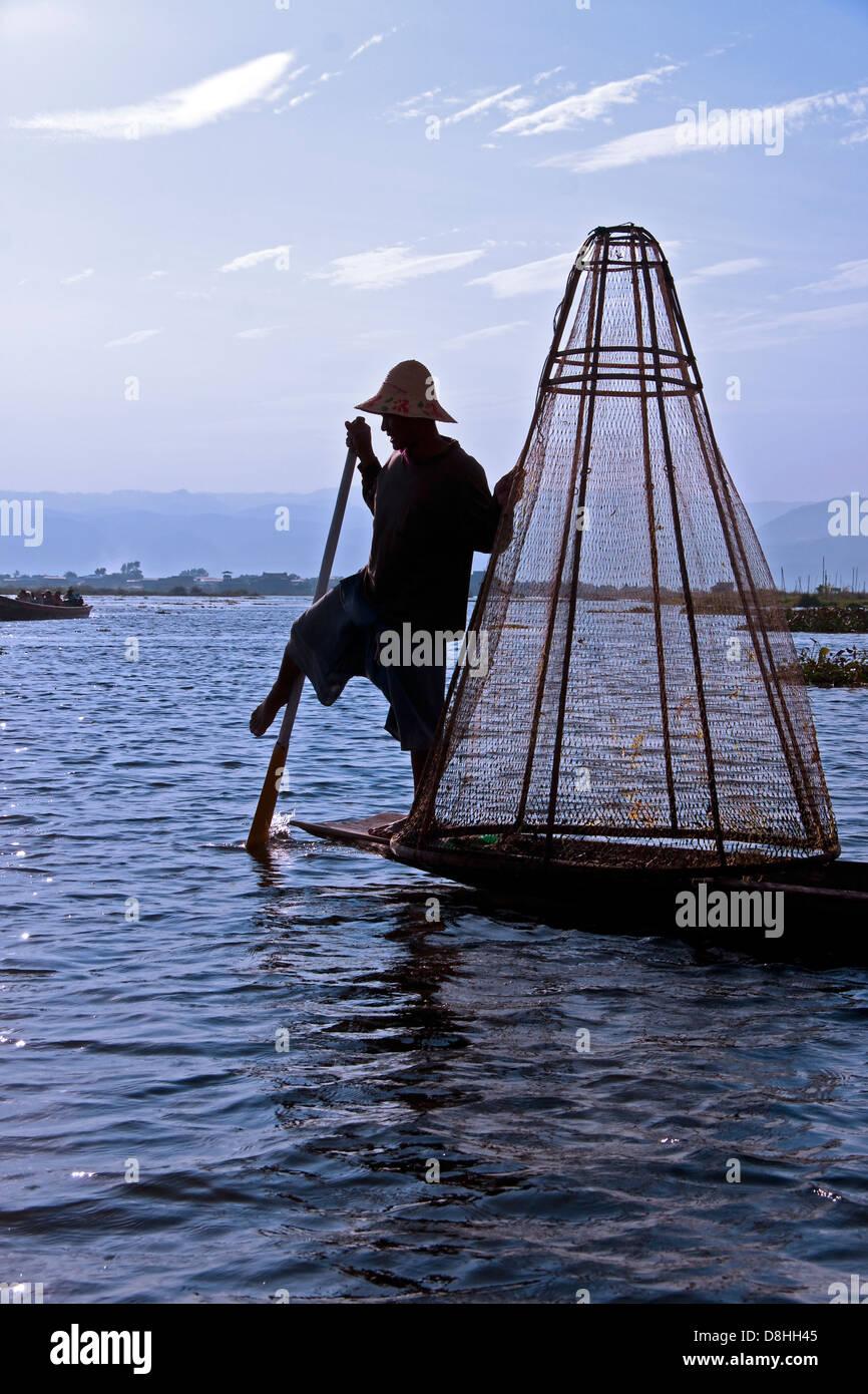 Lago Inle gamba-rower con rete da pesca, Stato Shan, Myanmar Immagini Stock