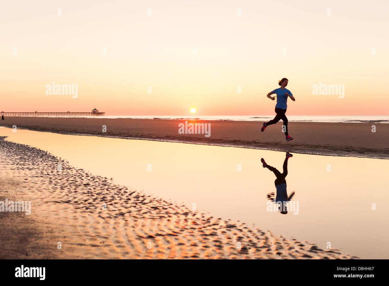 Pareggiatore femmina a beach Immagini Stock