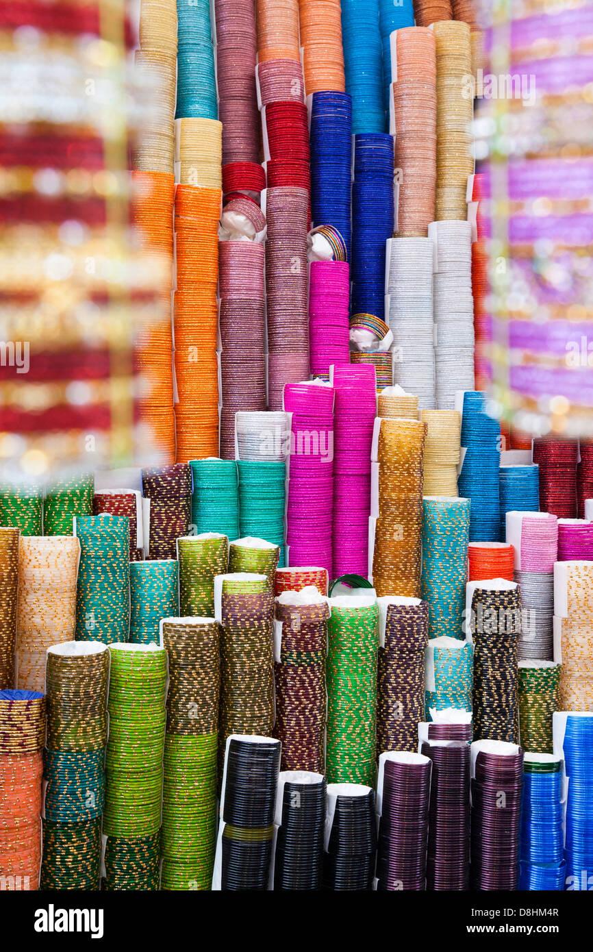 Coloratissimo braccialetti decorativi per la vendita in un negozio di Mumbai, India, Sud-est asiatico Immagini Stock