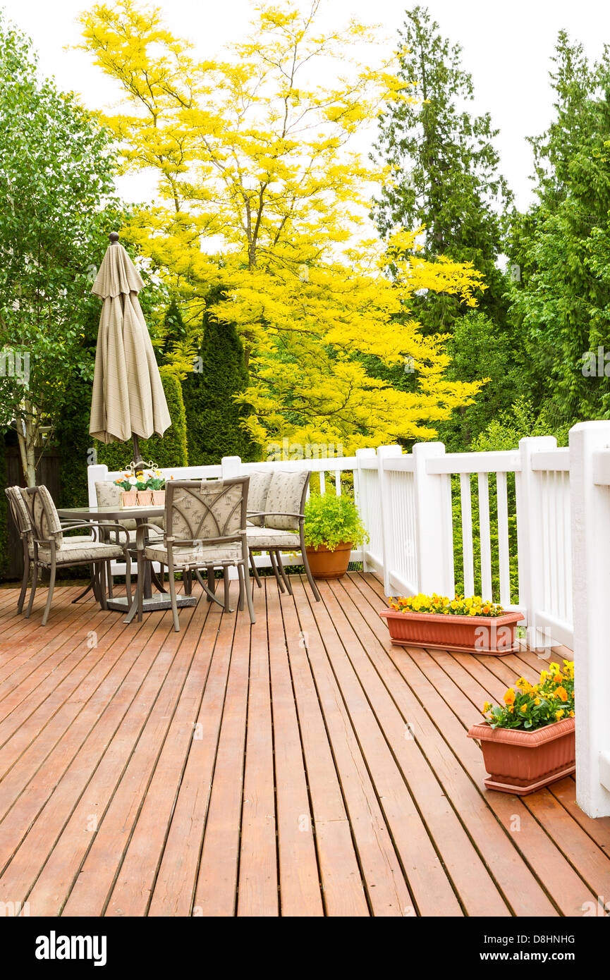 Mobili Per Giardino E Terrazzo.Foto Verticale Di Una Grande Piscina In Cedro Naturale Terrazza Con