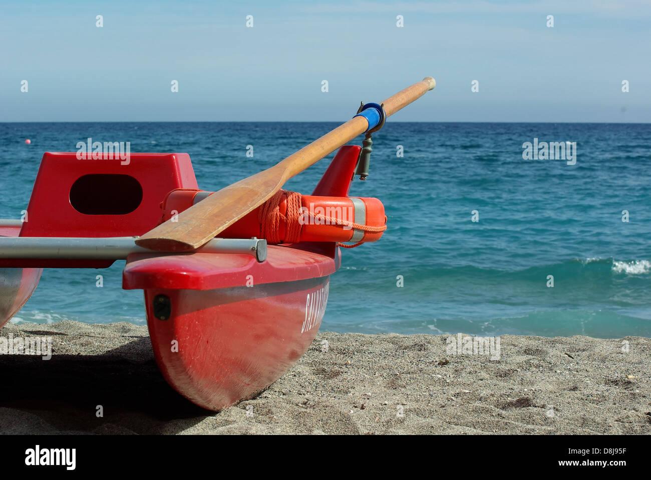 e9cf0d4382d5cd Rosso la barca di salvataggio sulla costa mediterranea Immagini Stock