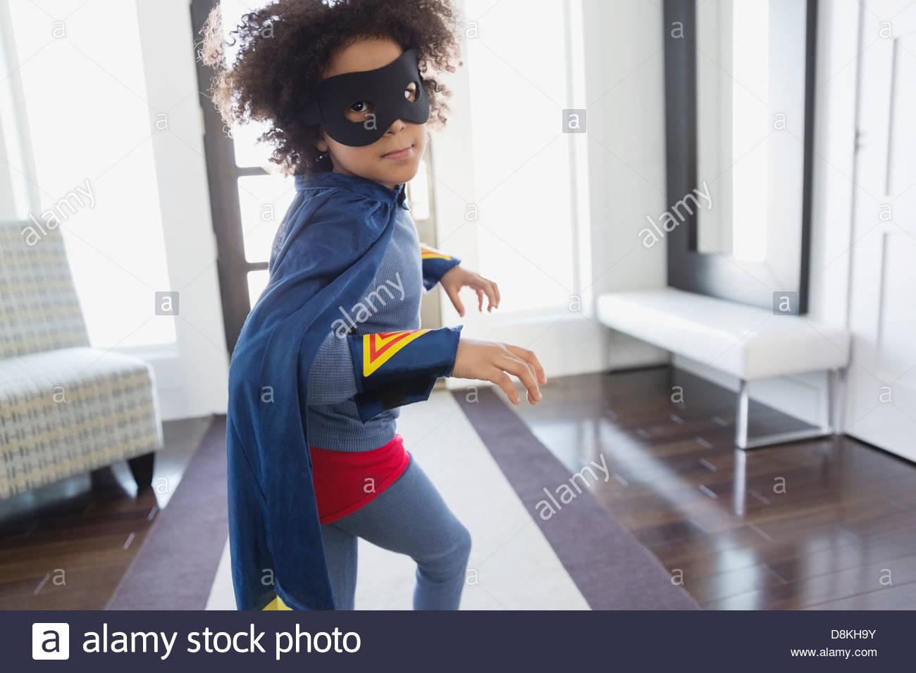 Ragazzo che finge di essere il supereroe a casa Immagini Stock