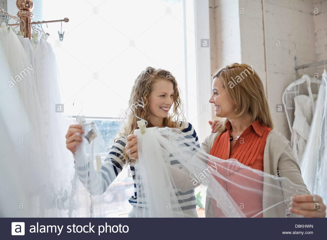 Madre e figlia dello shopping al negozio nuziale Immagini Stock