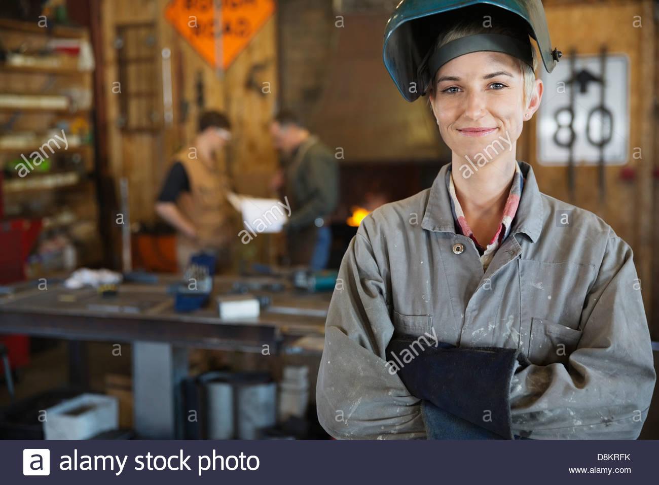 Fiducioso saldatore femminile nel lavoro di protezione usura Immagini Stock