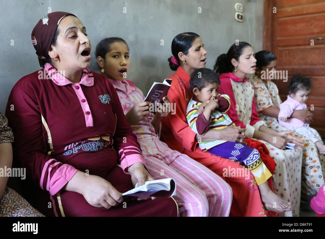 L'Egitto cristiano copto-educazione religiosa, gente che cantava canzoni cristiane in una casa privata in Alto Immagini Stock