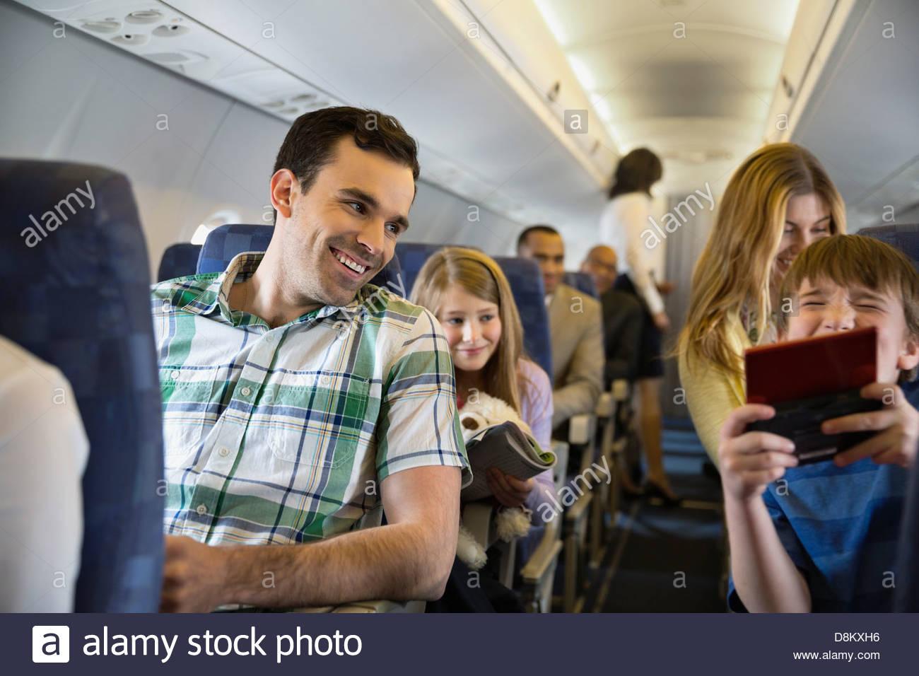 I passeggeri che viaggiano in aereo Foto Stock
