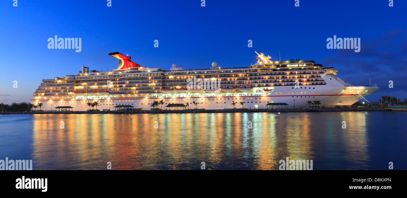Il carnevale di orgoglio, nave da crociera nel Porto Nassau, Bahamas. Immagini Stock