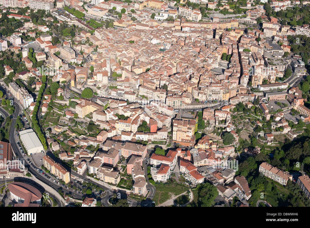 Città di Grasse (vista aerea). Della Riviera francese backcountry, Francia. Immagini Stock