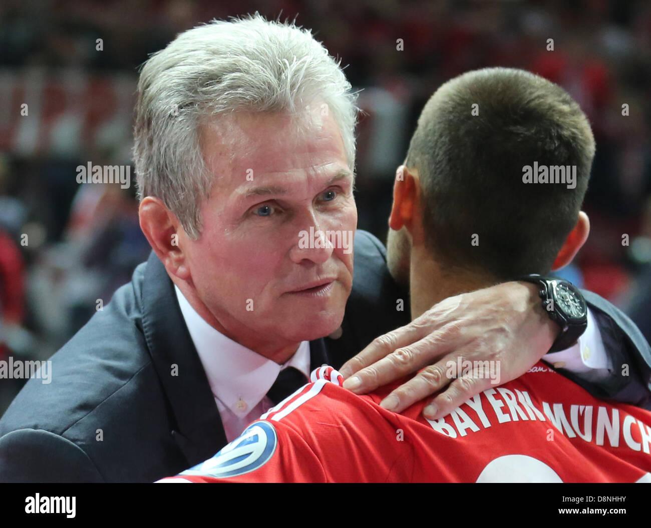 Berlino, Germania. Il 1 giugno, 2013. Del Bayern Monaco capo allenatore Jupp Heynckes e Diego Contento celebrare Immagini Stock