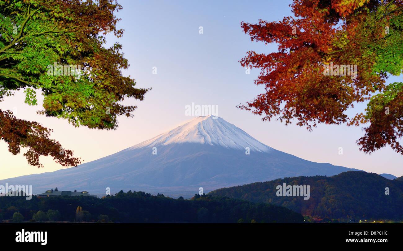 Panorama di Mt. Fuji con i colori dell'autunno. Immagini Stock