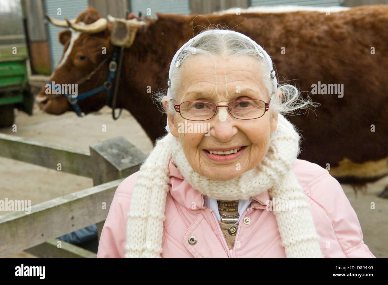"""Caseificio Gokul pix e copyright Nick Cunard gli Hare Krishna mandria di 44 vacche e buoi al George Harrison vecchia magione nel Hertfordshire è calmo come un tempio. Gokul Dairy Farm [significato luogo di vacche ] comprende 44 vacche e buoi parte di George Harrison vecchia magione Bhaktivedanta Manor nel Hertfordshire . Un £2,5m """" protetto cow' complessa è stato chiamato un """"Hilton per vacche' e un modello sostenibile per la produzione lattiero-casearia. 3 mila mq di edificio che è la mandria per l'inverno home, è un incrocio tra un nido, un fabbricato e una vecchia mucca home. Pur non essendo attualmente in vendita al pubblico dei costi IT Foto Stock"""