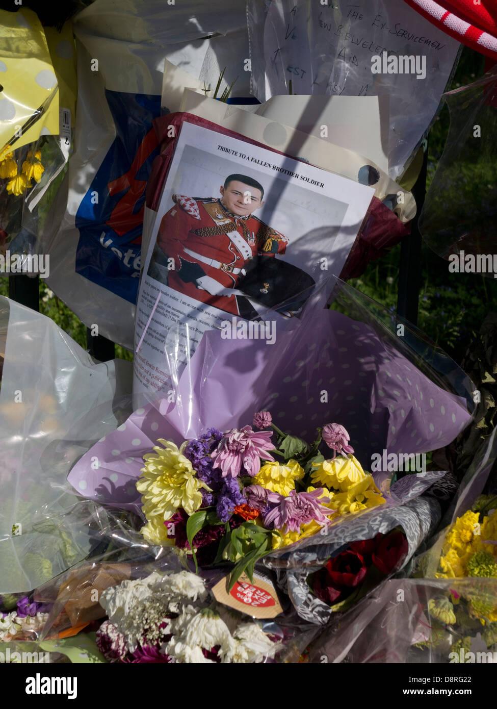 Omaggi floreali per il batterista Lee Rigby, uccisi fuori Woolwich Caserma a Londra il 22 maggio Foto Stock