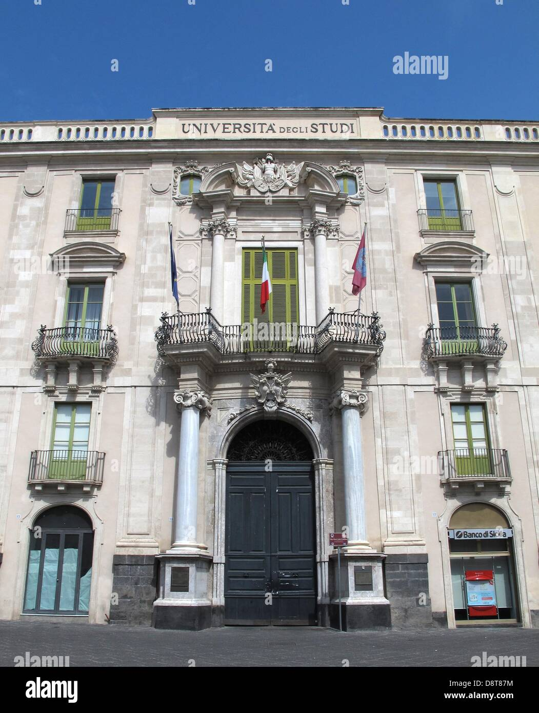 La facciata della Università di Catania sorge il sole a Catania in Sicilia, Italia, 27 aprile 2013. Università Immagini Stock