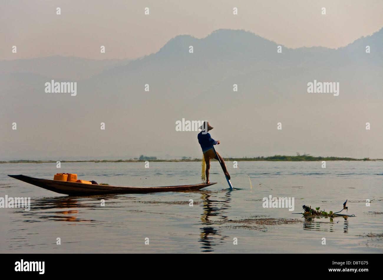 Gamba-rower pescatore sul Lago Inle, Stato Shan, Myanmar. Immagini Stock