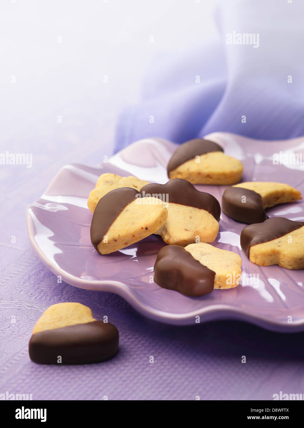 Cuore,luna e a forma di stella i cookie parzialmente ricoperte di cioccolato Immagini Stock
