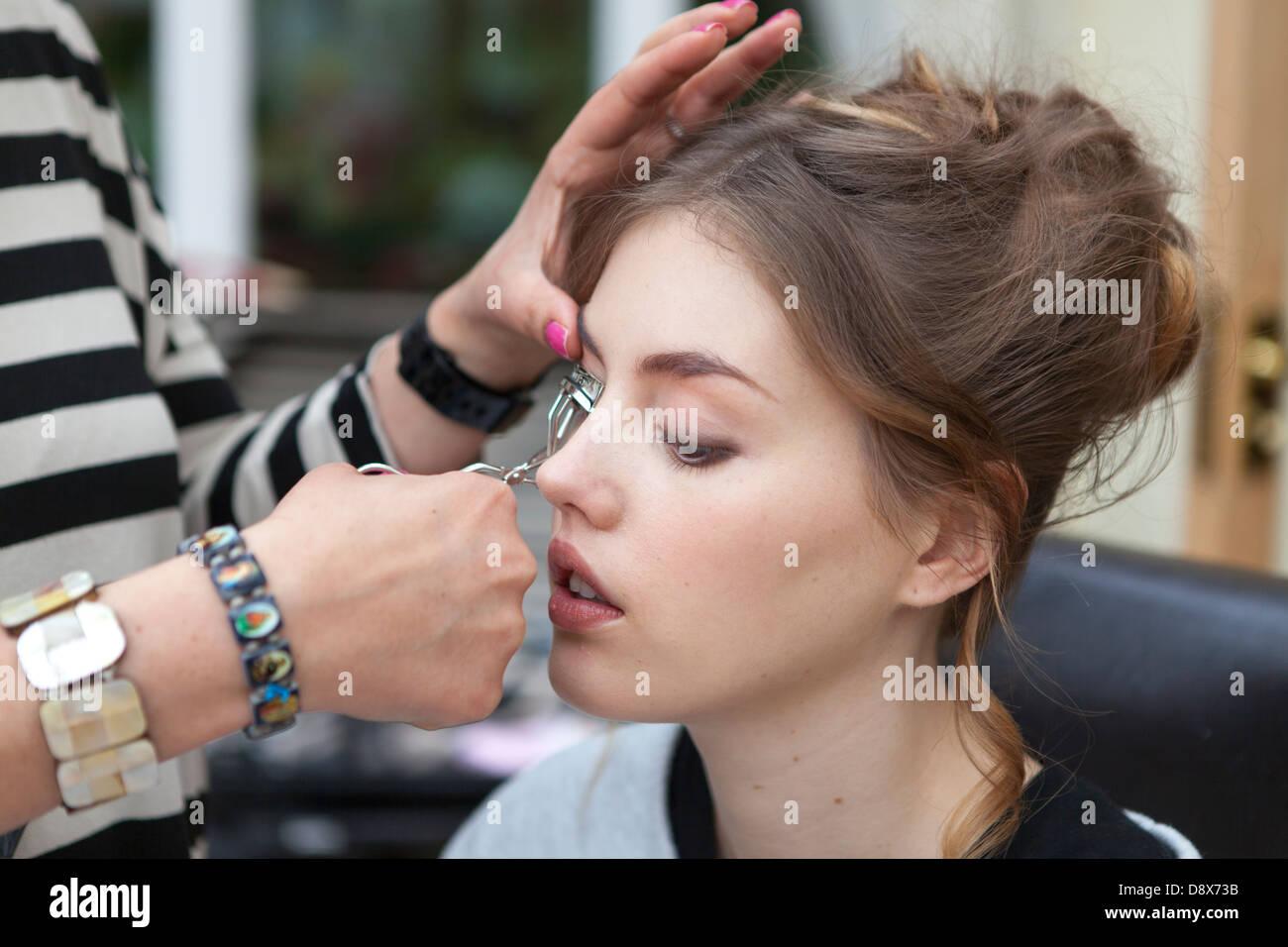 Giovane donna in un make-up studio Immagini Stock