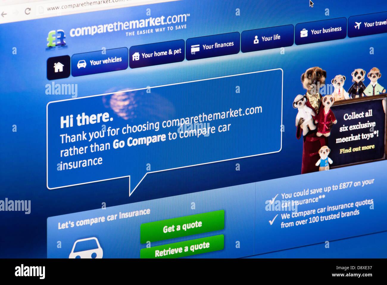 Confrontare il confronto di mercato sito web o una pagina web su uno schermo di computer portatile o sul monitor Immagini Stock