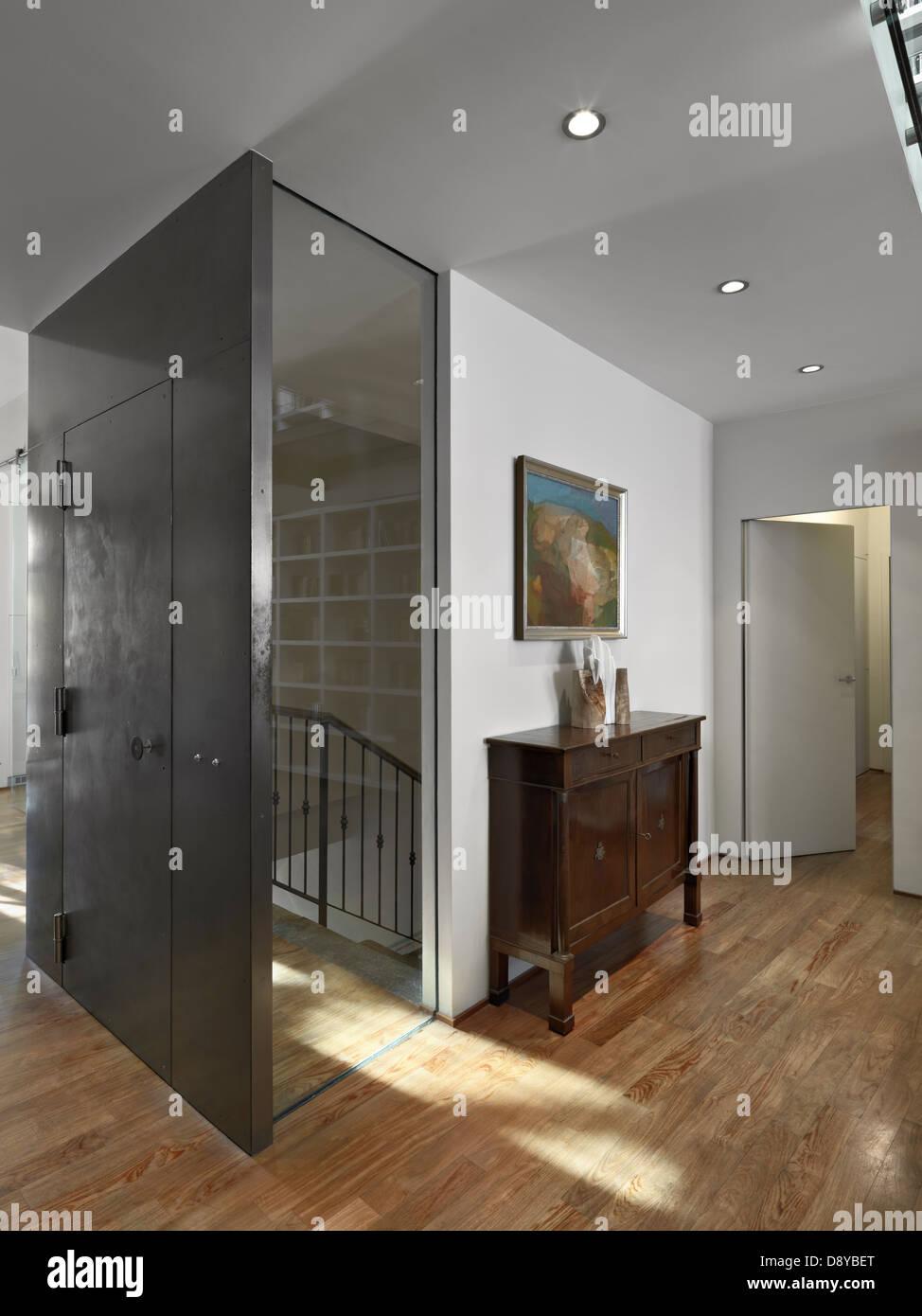 Strano ingresso moderno con mobili antichi e pavimenti in legno Immagini Stock