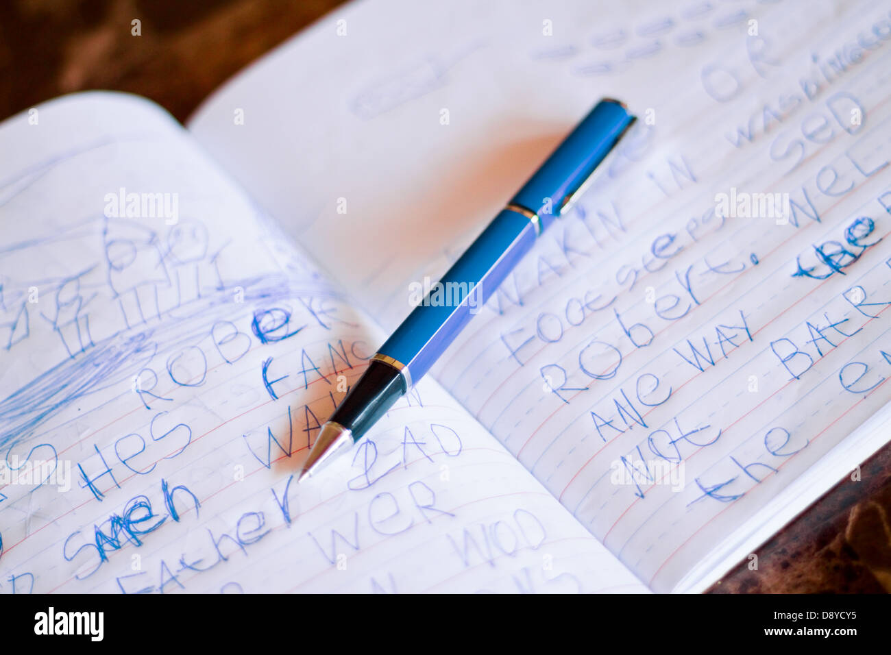 Un bambino la grafia in un ufficiale per imparare a scrivere Immagini Stock