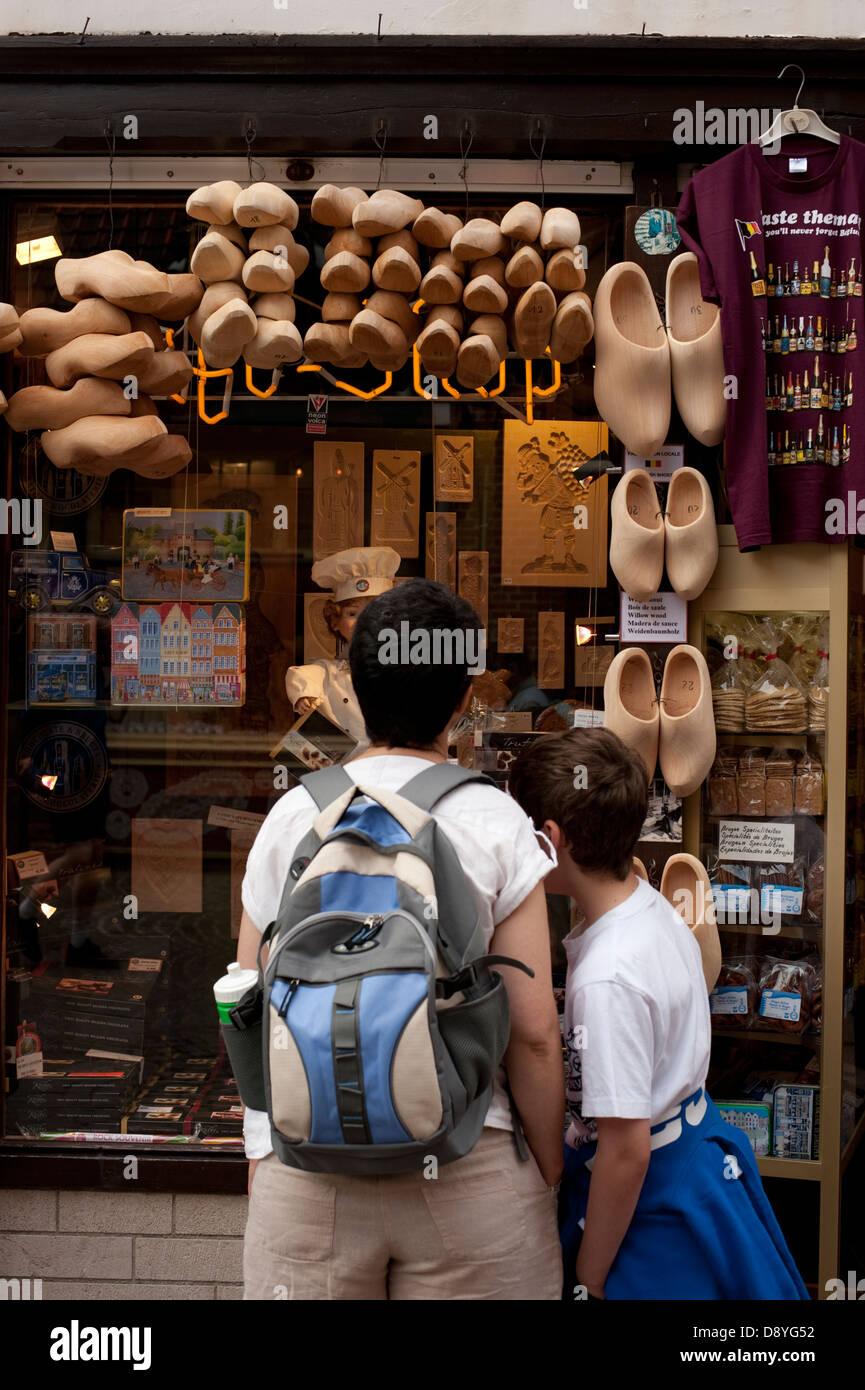 I turisti guardano a intasare di legno in negozio Brugge Belgio Europa modello completamente rilasciato Immagini Stock