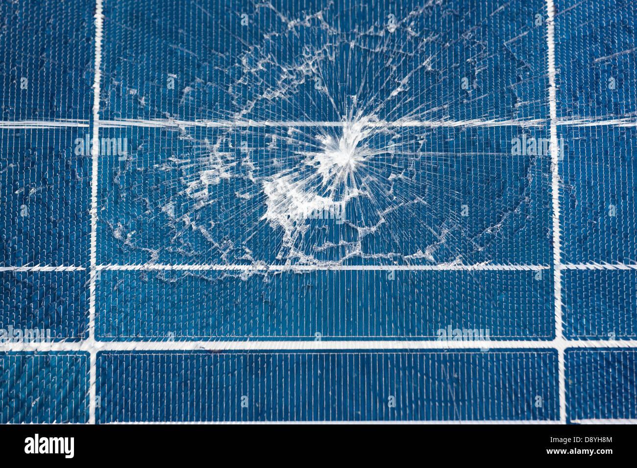 Danneggiato cinese pannello solare rotture dovute ad urti. In frantumi rotto vetro burst close up. Import importate Immagini Stock