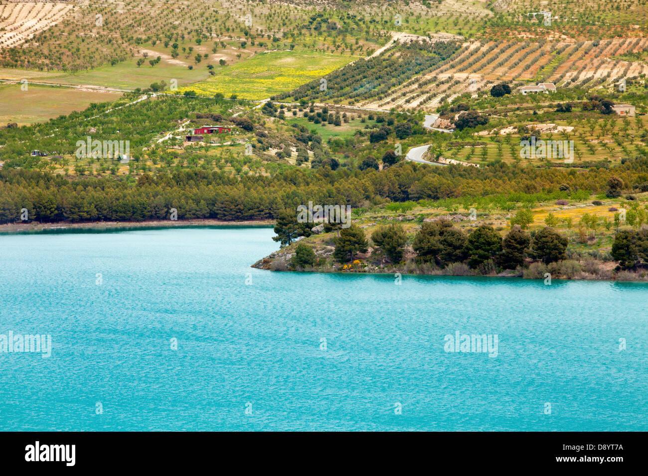Granada, Andalusia, Spagna - lago Bermejales, uno dei laghi più belli in corrispondenza della regione Immagini Stock