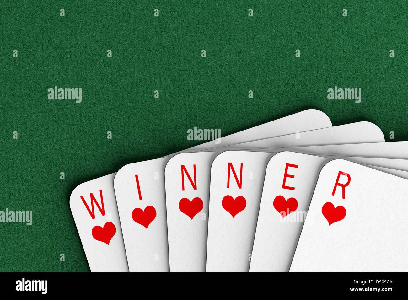 Carte da gioco su un feltro tabella l'ortografia della parola vincitore Immagini Stock