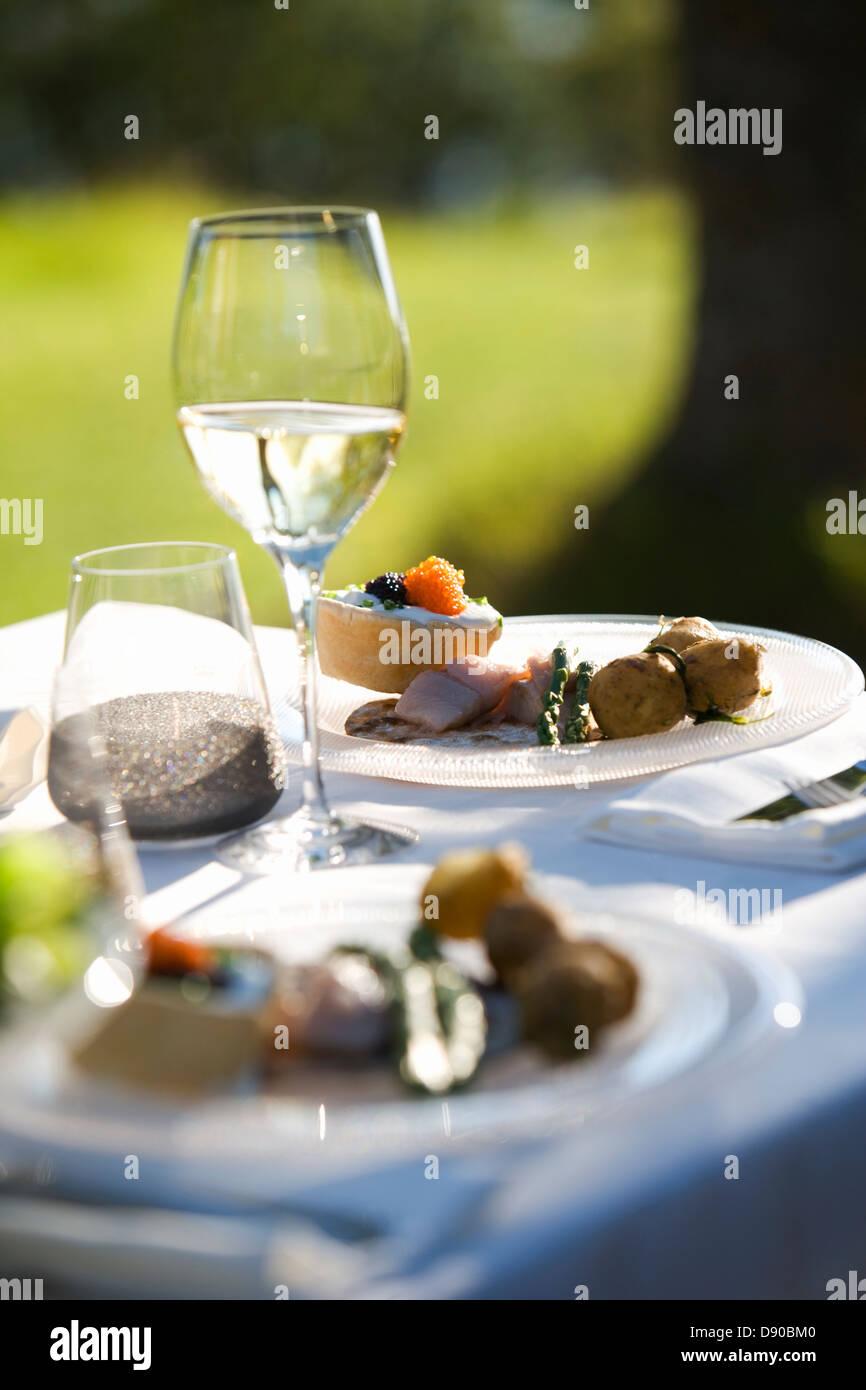Festa di mezza estate, le piastre su un tavolo, Fejan, arcipelago di Stoccolma, Svezia. Foto Stock