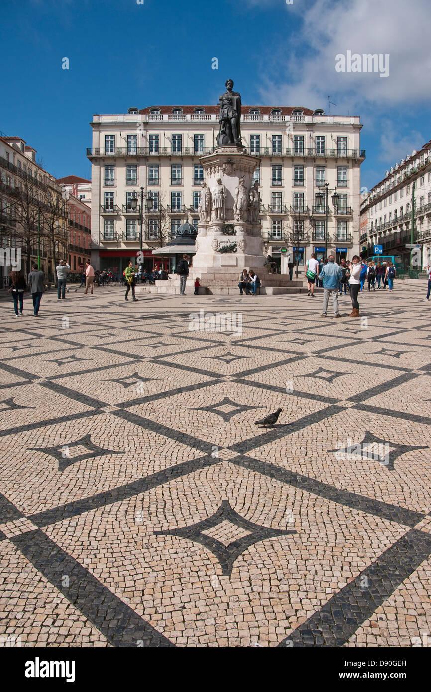 Placa Luis de Camoes piazza nel quartiere Chiado di Lisbona, Portogallo, con piastrelle decorative di lavoro. Immagini Stock