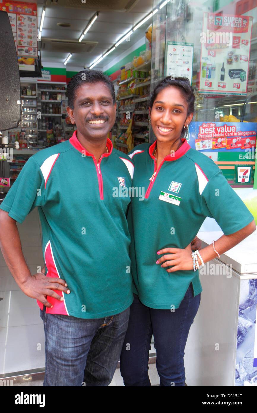 Singapore Singapore River Boat Quay uomo asiatico padre donna figlia adulta 7-Eleven convenience store franchising Immagini Stock