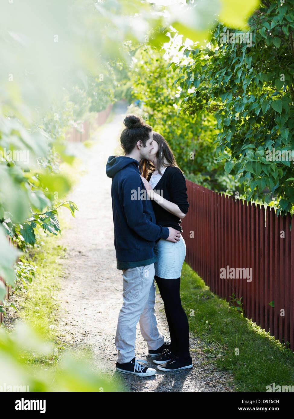 Coppia giovane kissing all'aperto Immagini Stock