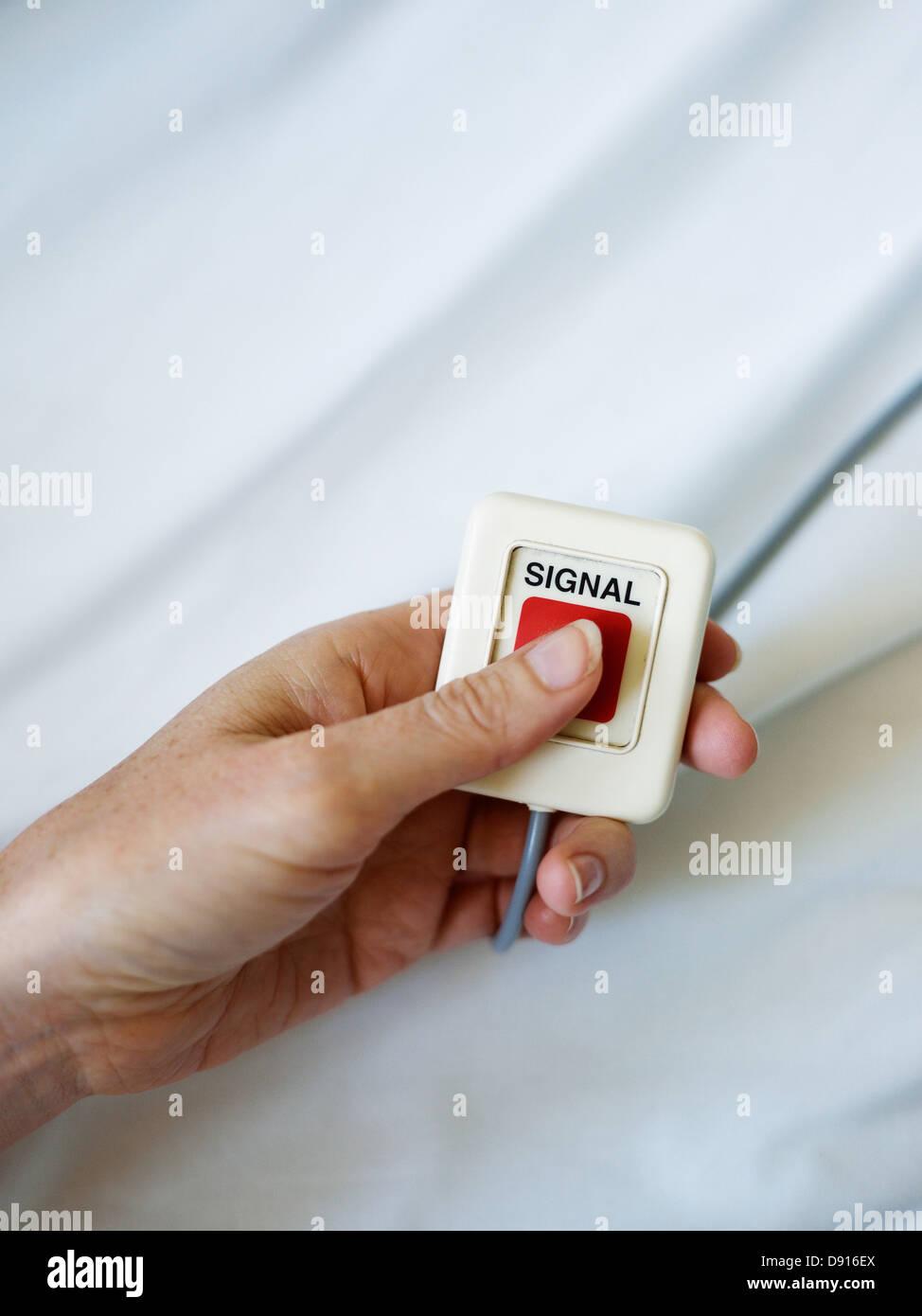 Paziente tenendo premuto il pulsante Immagini Stock