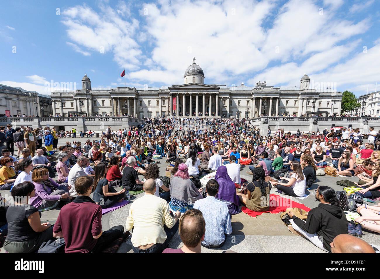 La Credenza Uk : Londra uk 08 06 2013 : la meditazione di flash mob in trafalgar