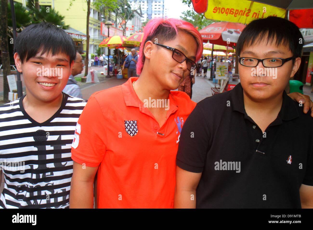 Singapore Waterloo Street uomo asiatico teen boy tinti capelli stile Pink Immagini Stock