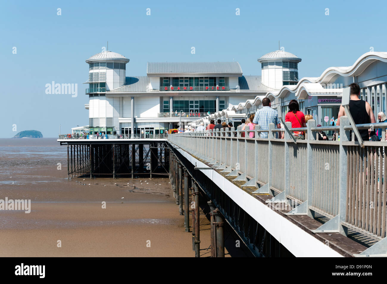 La gente camminare lungo il Grand Pier a Weston Super Mare, Regno Unito. Immagini Stock