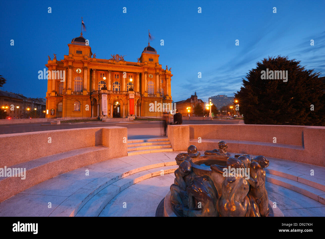 La città di Zagabria - Teatro HNK, scultura, Ivan Mestrovic la scultura fontana della vita Immagini Stock